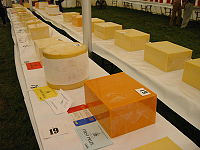 Différents fromages Cheddar lors d'une exposition agricole