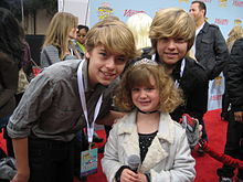 Accéder aux informations sur cette image nommée Dylan and Cole Sprouse with Piper.jpg.