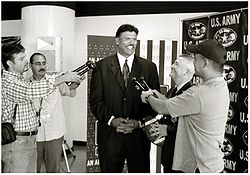 Anthony Muñoz fait la promotion de l'U.S. Army All-American Bowl (2004)
