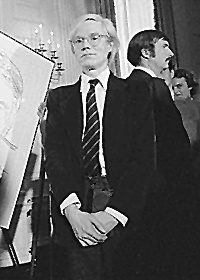 Andy Warhol lors d'un vernissage en 1977
