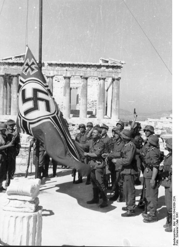 Des soldats allemands hissant le drapeau nazi sur l' acropole d