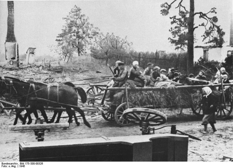 Bundesarchiv_Bild_175-S00-00326,_Fl%C3%BCchtlinge_aus_Ostpreu%C3%9Fen_auf_Pferdewagen.jpg