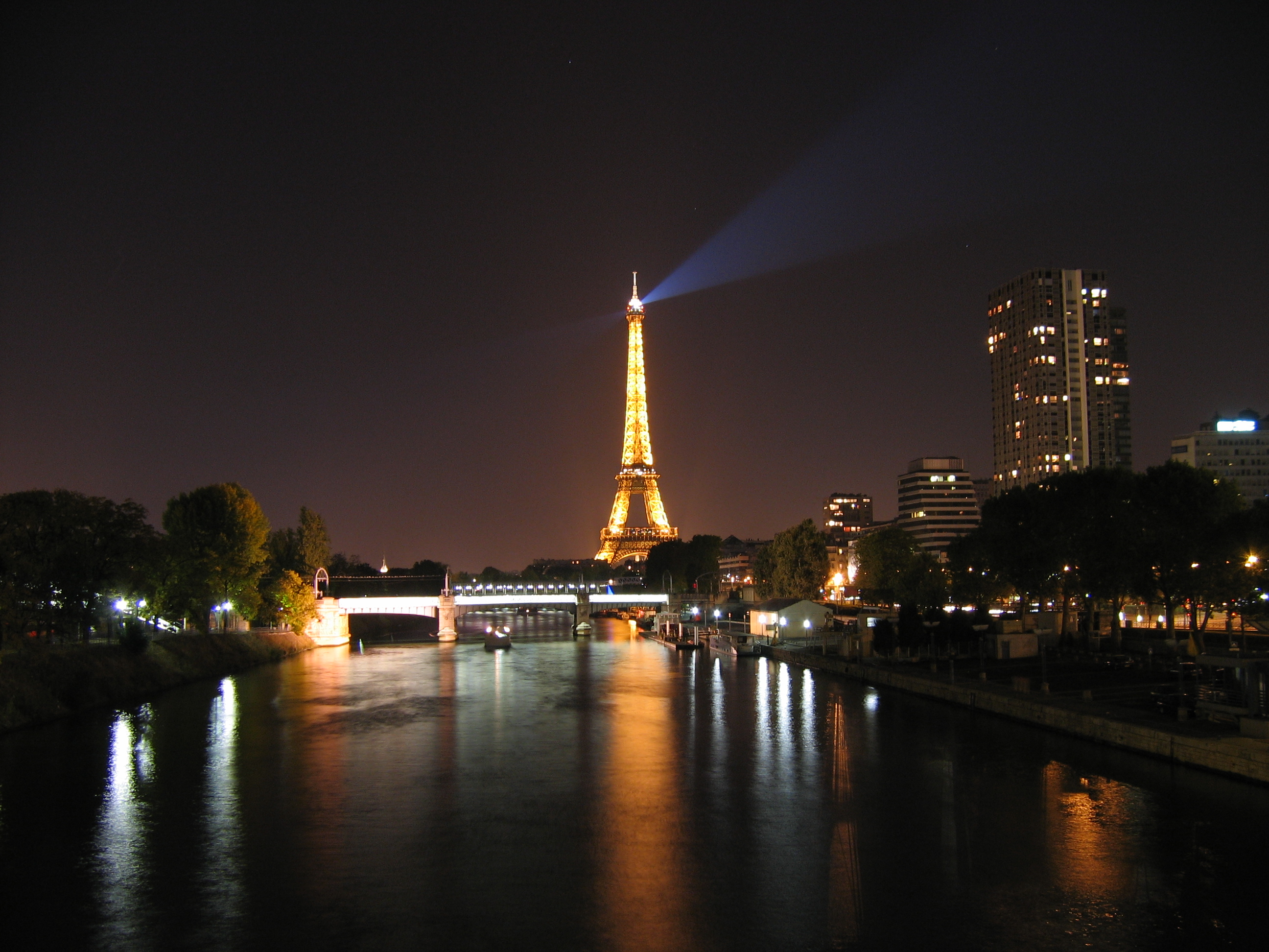 http://fr.academic.ru/pictures/frwiki/69/Eiffel_tower_and_the_seine_at_night.jpg