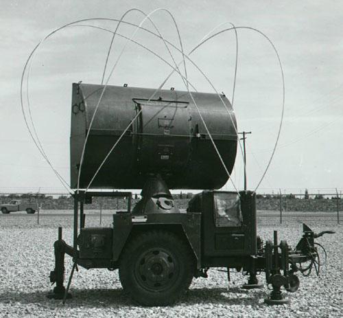 ...воздушной цели, а также передачи на ракету, наводимую на цель, опорного сигнала широким лучом антенны.