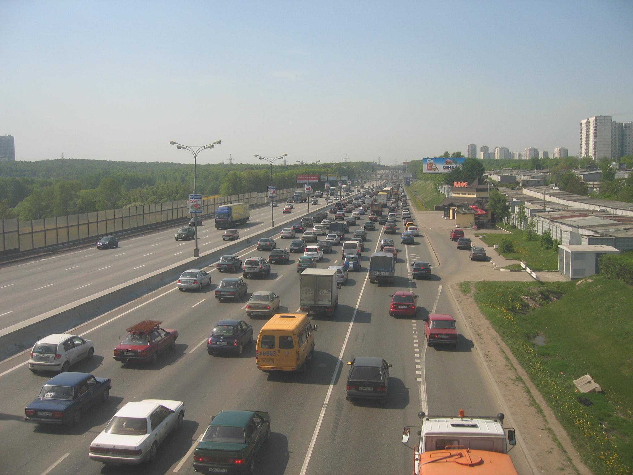 Более двух десятков машин попали в яму на Ленинградском проспекте, в районе Волоколамского тоннеля.
