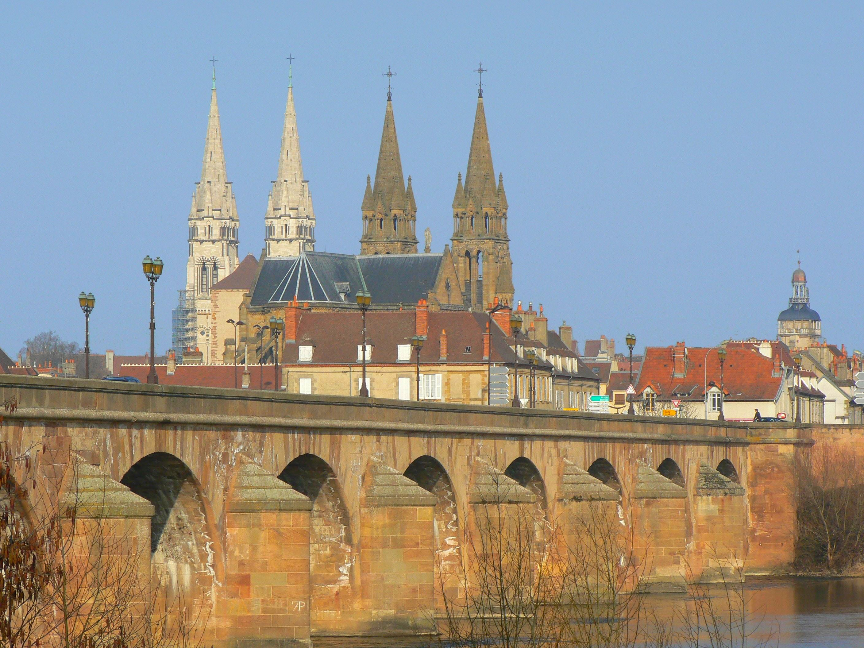 Moulins France  city pictures gallery : La vieille ville depuis la rive gauche de l' Allier .