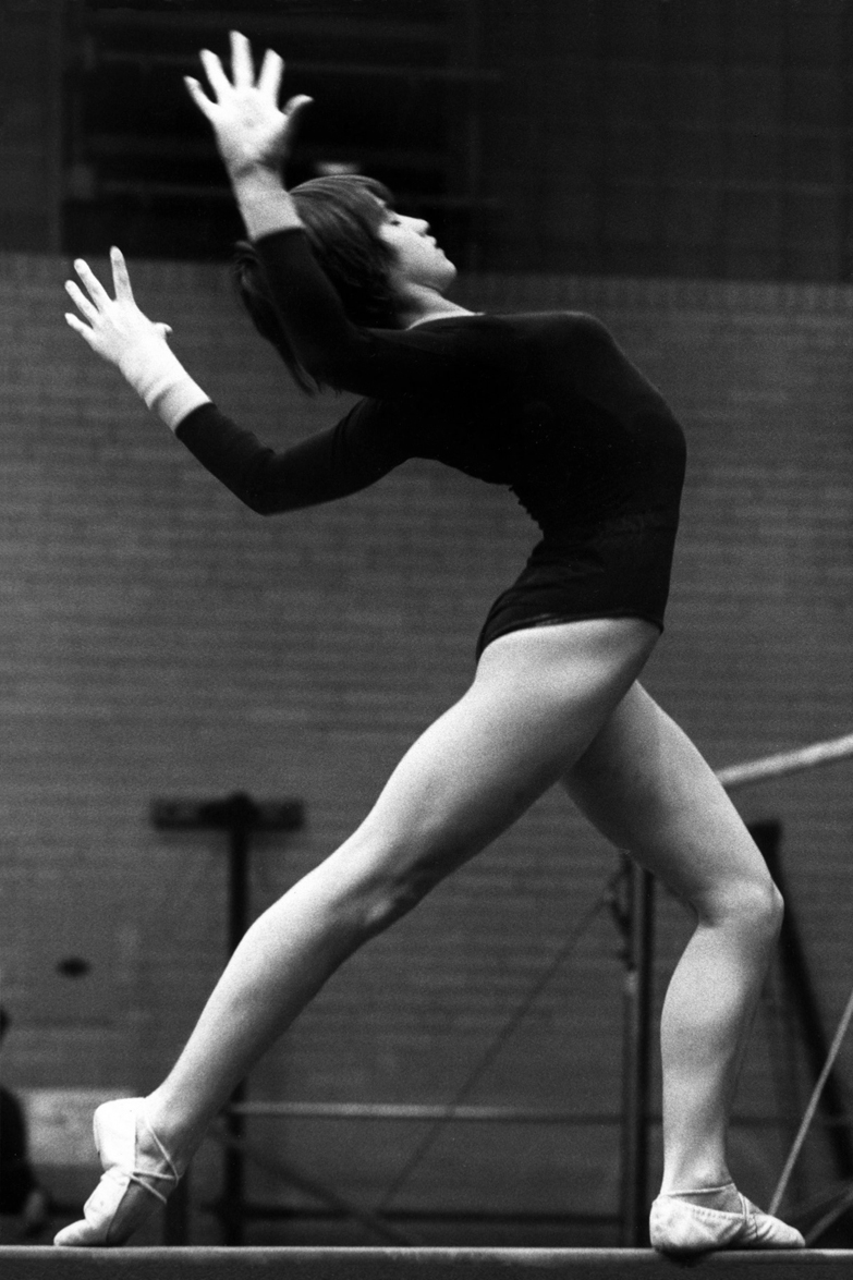 http://fr.academic.ru/pictures/frwiki/78/Nadia_Comaneci_1977.jpg