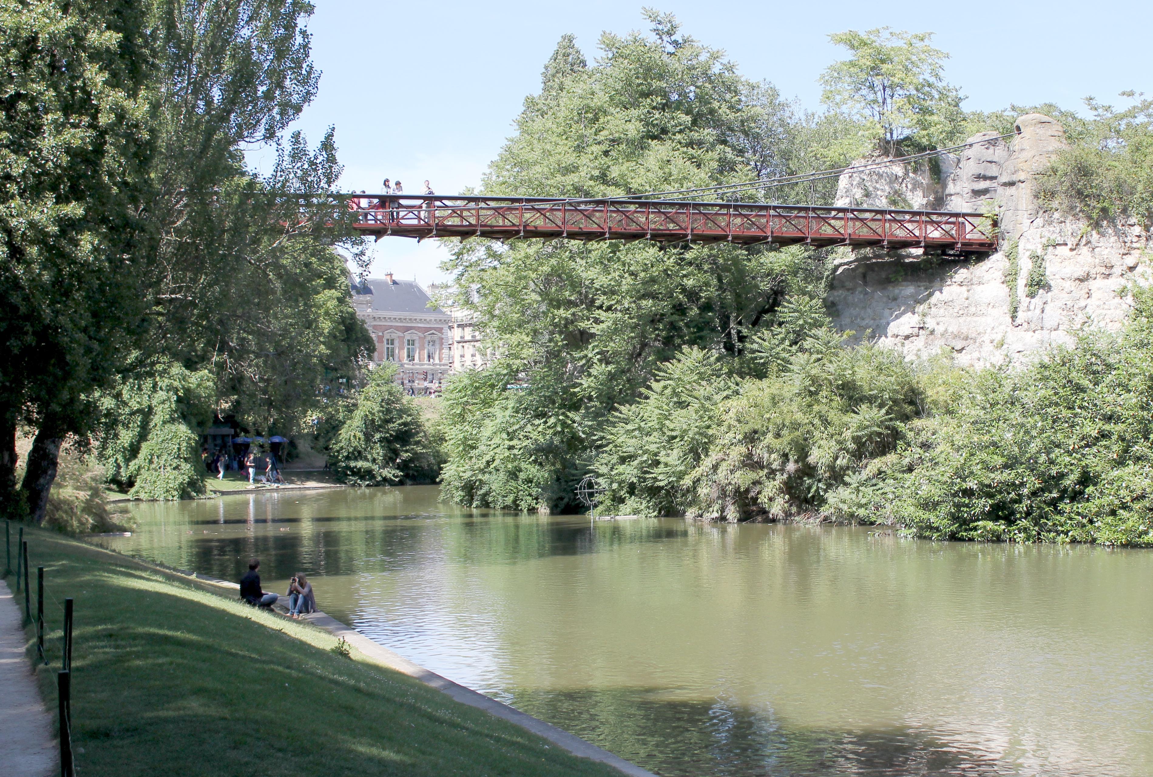Passerelle suspendue du parc des buttes chaumont for Pays de chaumont