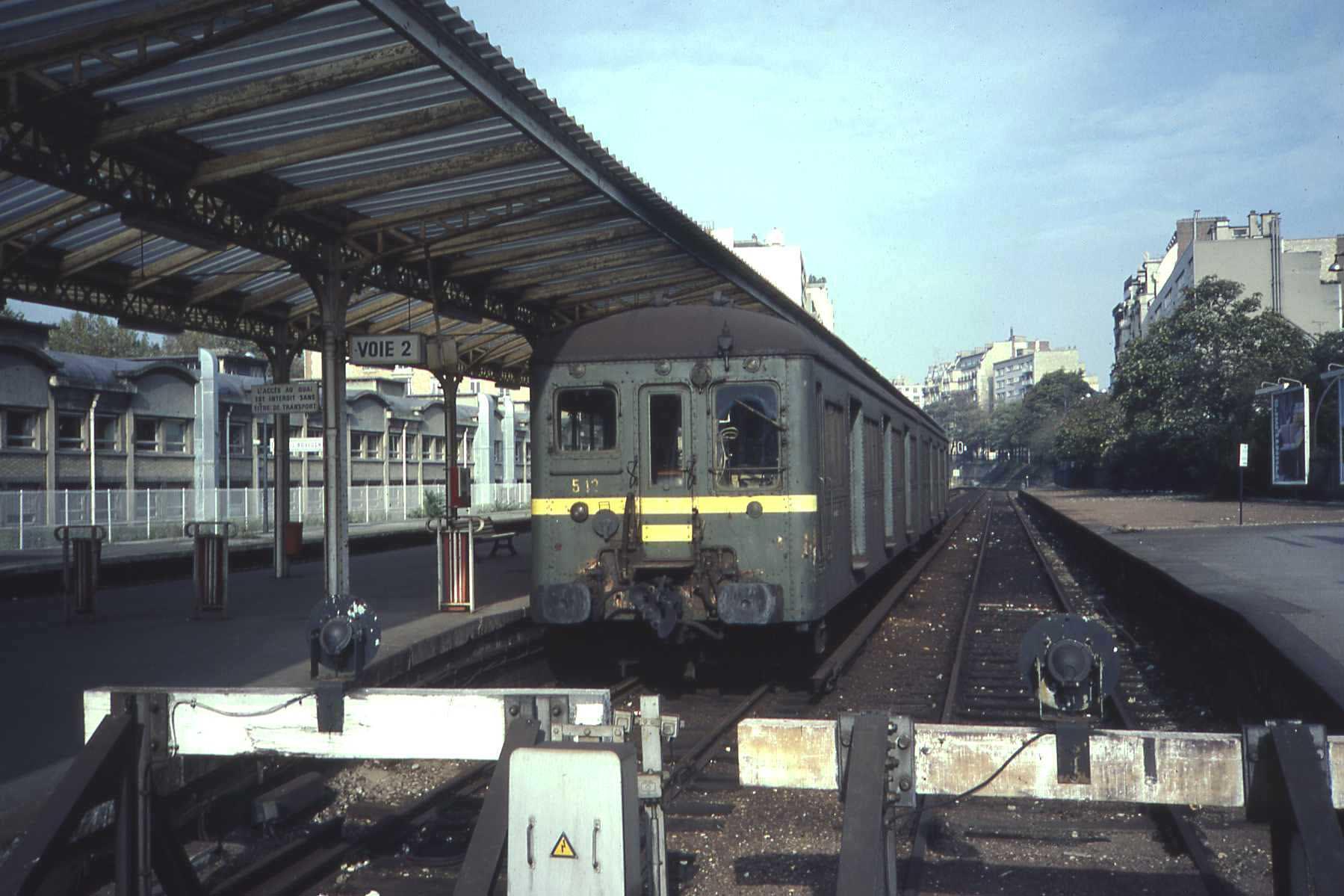 Rame standard en gare d'Auteuil - Boulogne en 1982, avant la fermeture ...