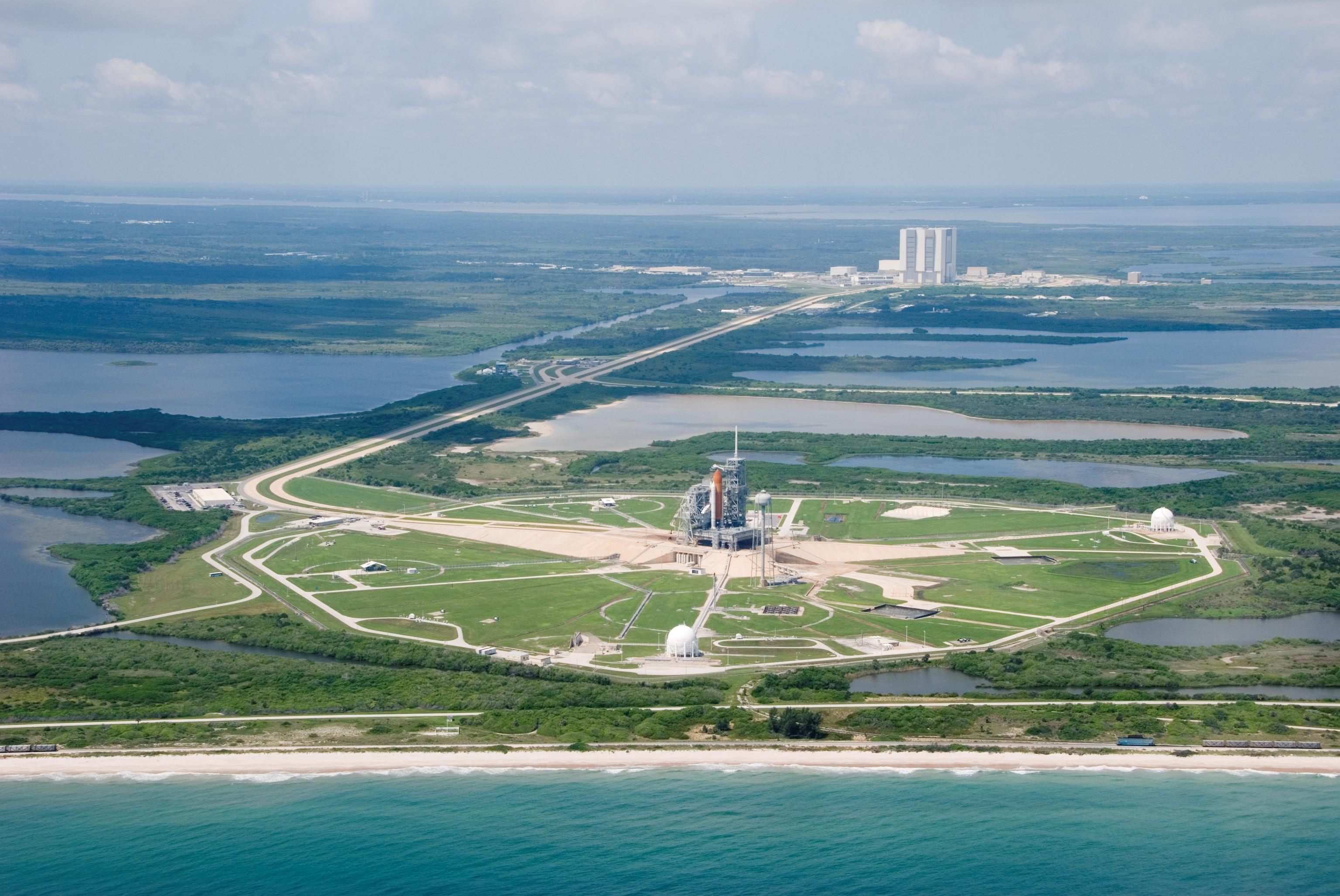 [Candidature] Photo du mois (décembre 2014) - Page 2 STS-118_Endeavour_pad_view