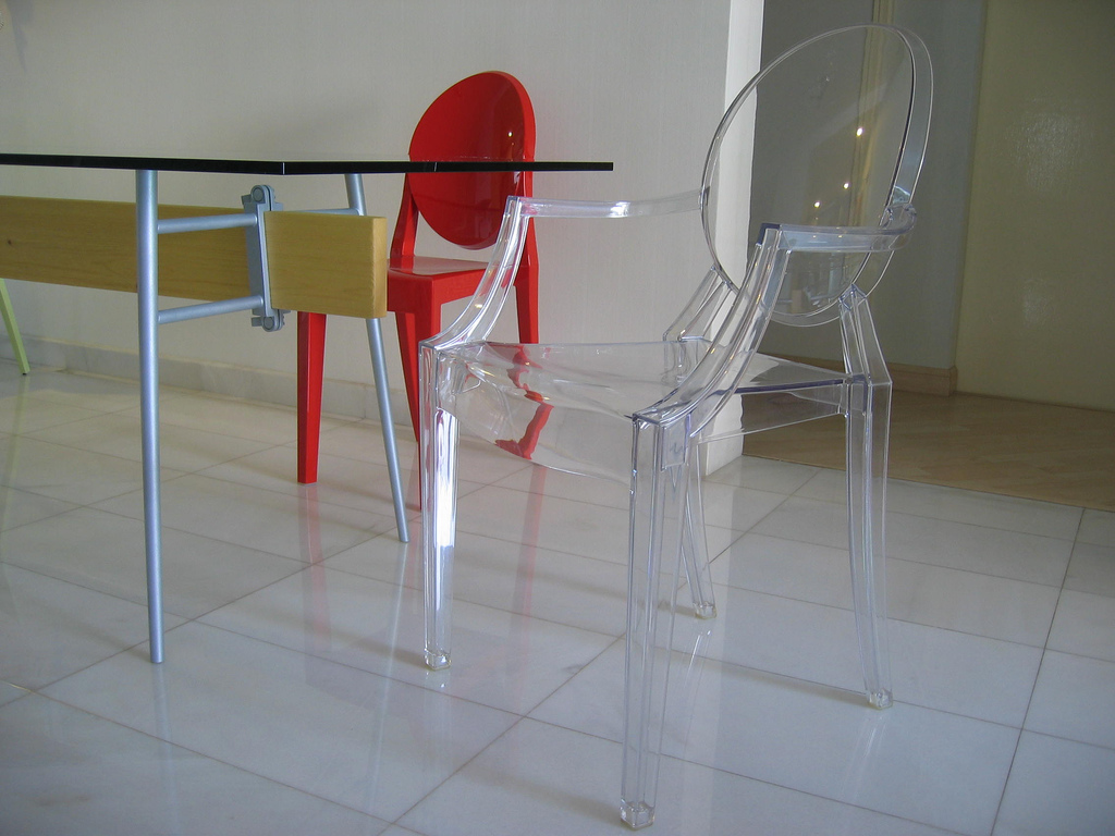 la chaise louis ghost de philippe starck. Black Bedroom Furniture Sets. Home Design Ideas