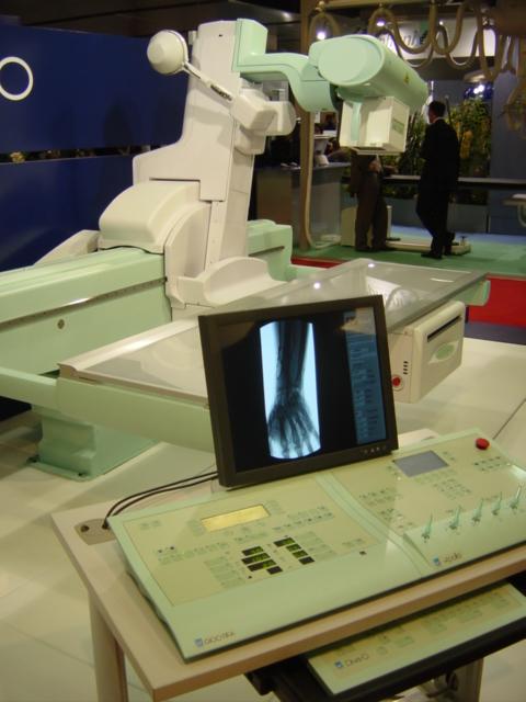 Appareil de radiographie conventionnelle de type table télécommandée avec sa console de commande.
