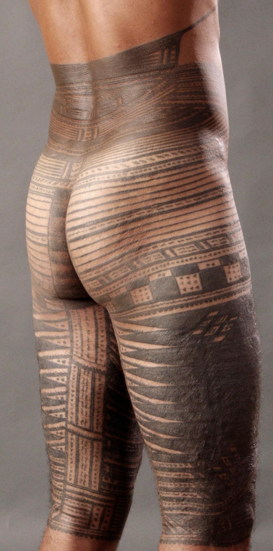 ... tatouage masculin de Samoa , complété par des outils traditionnels